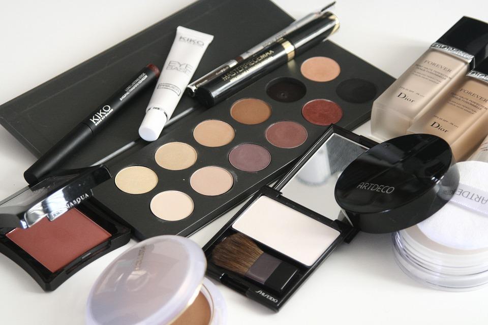 różne kosmetyki z drogerii online